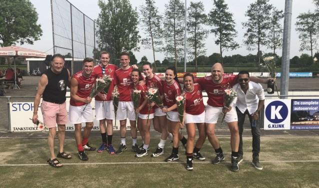 Na afloop van het duel toch de kampioensvlag hijsen want het onderlinge resultaat is in het voordeel van VIKO. Foto: Thijs Middelkoop.