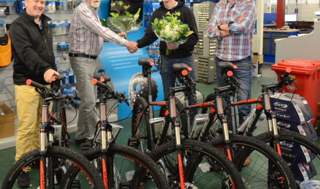 Van links naar rechts Egbert (cliënt) Paul Boer (financierder), Eddy Veldman en Herwin John van 't Ende (begeleider EBC Zorg) staan trots bij de nieuwe fietsen voor EBC Zorg.