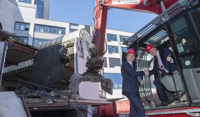 Wethouder Paalvast en Kuiper starten met de sloop van het Stadhuis. Foto Ronald Stam
