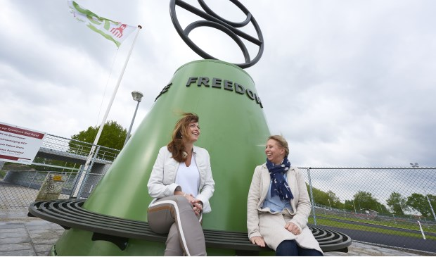 Links Mevrouw Ellen Arts (ontwerper van het kunstwerk) en rechts Mevrouw Saskia Schenk, Wethouder van de gemeente Roosendaal.