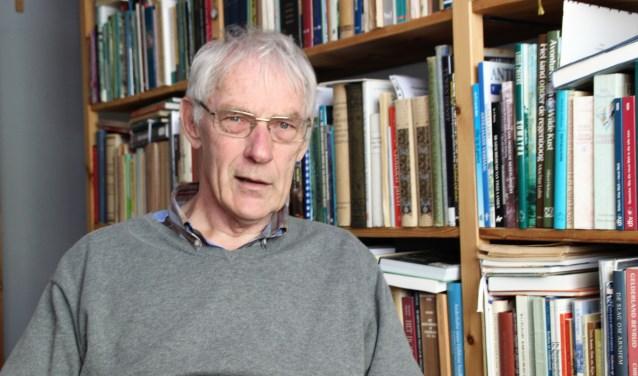 Historicus Ad Sulman (75) heeft met plezier gewerkt aan de historie van 70 jaar Volksuniversiteit Nunspeet. Het boek wordt op 24 mei gepresenteerd. Foto Dick Baas