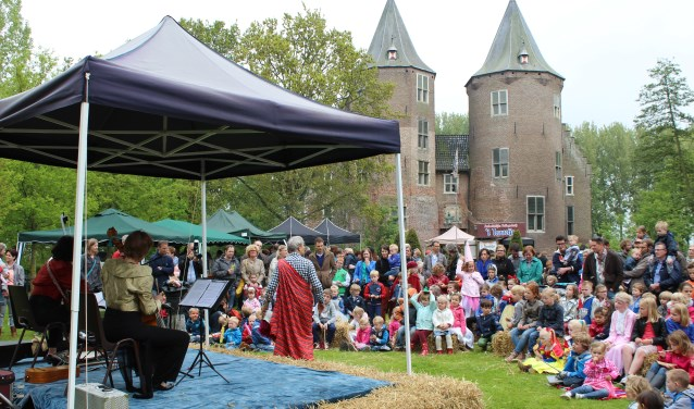 Het belooft een mooie Pinksterdag te worden in kasteel Dussen. Foto: SVKD.