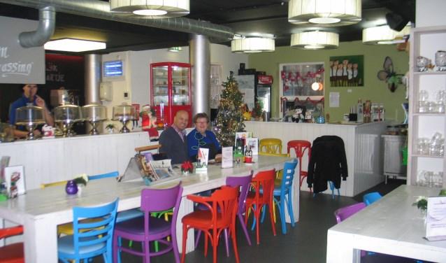 Zelfs de klanten zijn zeer enthousiast. Lahbib El Houari werkt naast De Verrassing en komt iedere dag ontbijten. Hij kent dan ook alle medewerkers en geniet van de gemoedelijke sfeer. FOTO: Corien Kraaijeveld
