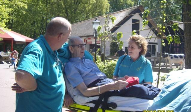 De laatste wens van Theo Nienhuijs ging onlangs, dankzij de vrijwilligers van Stichting Ambulance Wens, in vervulling. Hij maakte een reisje naar Dierenpark Amersfoort. (foto: PR)
