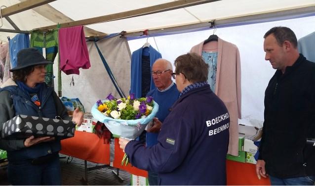 Krista Schets (l) attendeerde haar marktcollega's op de verjaardag van Arnold Oudsen. Foto: C. den Heijer