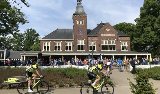 Gezelligheid rondom het Parkgebouw, waar al 65 jaar het startschot klinkt voor de Ronde van Overijssel. Foto: Parkgebouw Rijssen.
