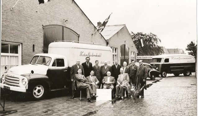 De foto van Koster's Goederenhandel in Montfoort werd gemaakt ter ere van het 12,5 jarig bestaan