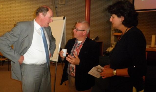 Oud-burgemeester Jan Waaijer (links), in gesprek met André van der Wiel, is aangesteld om in de projectgroep de werkgroepen over mogelijke sluiting te begeleiden. Foto Kees van Rongen