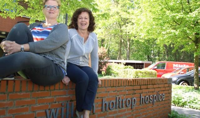 Laura Jansen (links) volgt Ineke den Herder op die haar energie gaat stoppen in vrijwilligerswerk ten behoeve van de palliatieve zorg. (foto: Grietje-Akke de Haas)