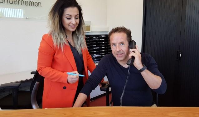 Groot Rijswijk-verslaggever bij Anni onze receptioniste aan het werk. Binnenkort bij u?