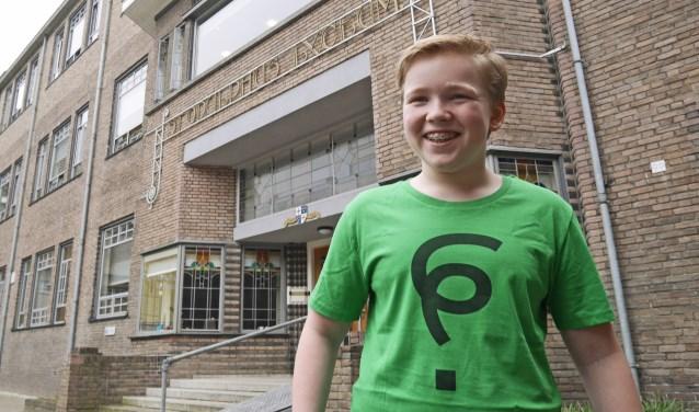 Freek Vermaas poseert trots in het T-shirt met het door hem bedachte leesteken 'ik heb geen idee'.
