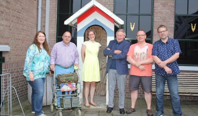 Links Esther van Dijk met enkele bezoekers van het veteranen ontmoetingscentrum. Veteranen en (oud) militairen kunnen zich aanmelden- info@svon.nl /06-48543823. (Foto: Arjen Dieperink)