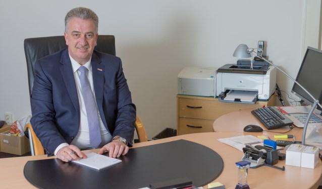 Johan Nijkamp van Nijkamp Uitvaartzorg laat aanpassingen aan het gebouw doorvoeren, zoals een nieuwe toegang naar de opbaarkamers.