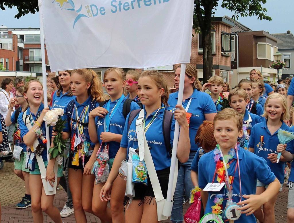 Niet alleen scholen, maar ook andere groepen en individuele lopers liepen de route van de Avondvierdaagse. Foto: Hanny van Eerden © Persgroep