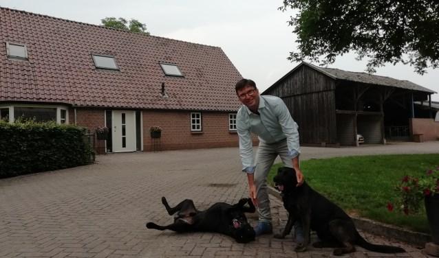 """Henk Veldhuizen is gestopt als CDA-wethouder. """"Ik heb alles altijd met hart en ziel gedaan.Ik werkte 80 uur per week. maar nu heb ik sinds langer tijd weer eens gevoetbald!"""" FOTO: Marcel Bos"""