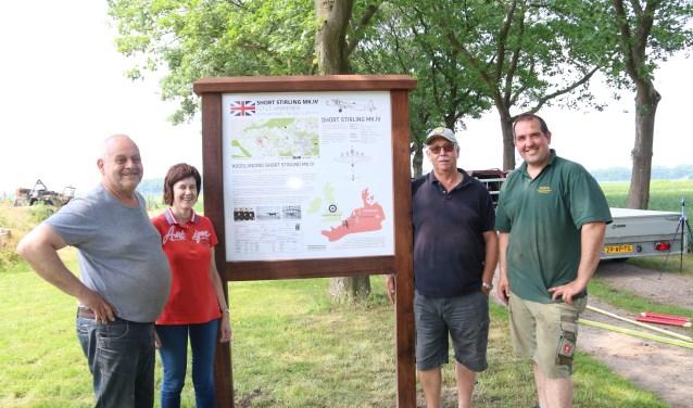 Ben en Hennie Alders en Leo Janssen en Tonnie Ebben van de crashes-werkgroep bij het infobord. (foto: Leo Janssen)