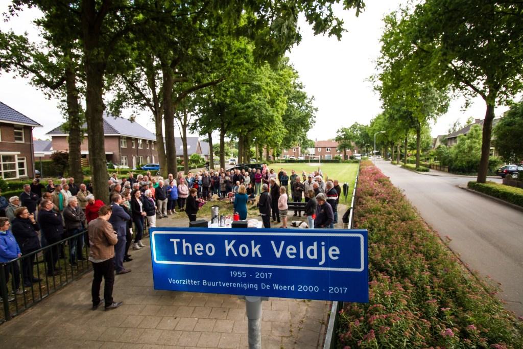 De belangstelling was groot bij de onthulling van het naambord 'Theo Kok Veldje' aan de Woerdstraat.