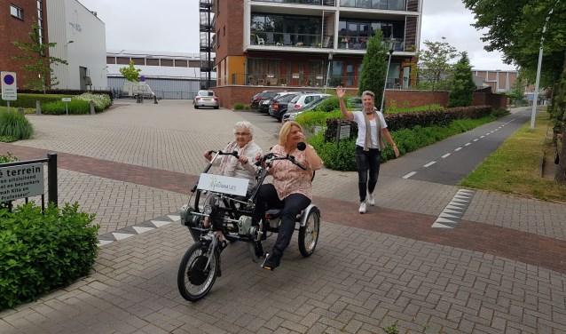 Jeanette Hellegering zwaait het fietsende duo Mien en Pauline Wisgerhof uit. (foto: Kees Stap)