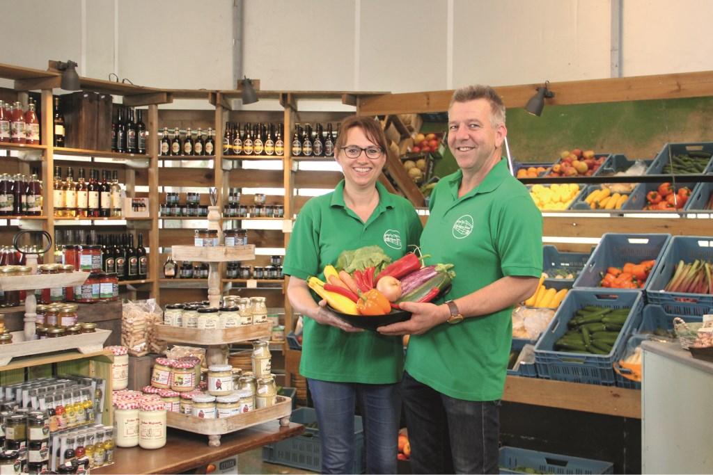 """Ferdinand en Anja Eeuwes in hun streekwinkel, waarin ze veel onbekende soorten groenten verkopen. """"Je kunt het platteland leegtrekken, maar je kunt ook zorgen voor nieuwe impulsen. Dat is wat wij doen."""""""