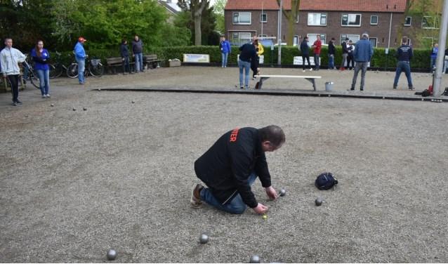 NJBB scheidsrechter in actie bij jeu de boules toernooi