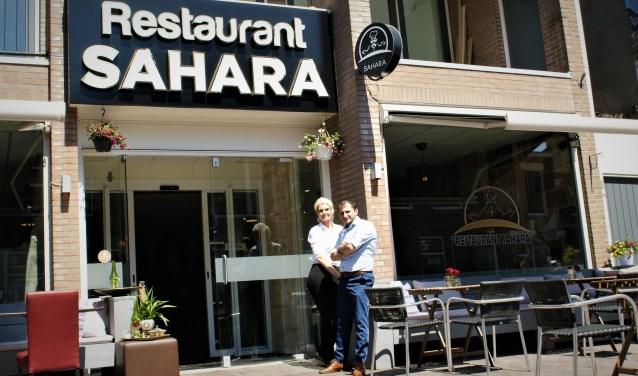 Een trotse Salaam Sheighi met Mirjam Wit voor het Syrische restaurant in de Dorpsstraat.