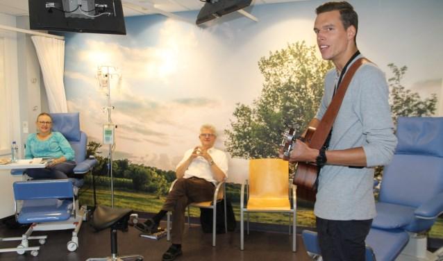 Stef Tijhaar tijdens een van zijn optredens in het SKB. Foto: Lineke Voltman.