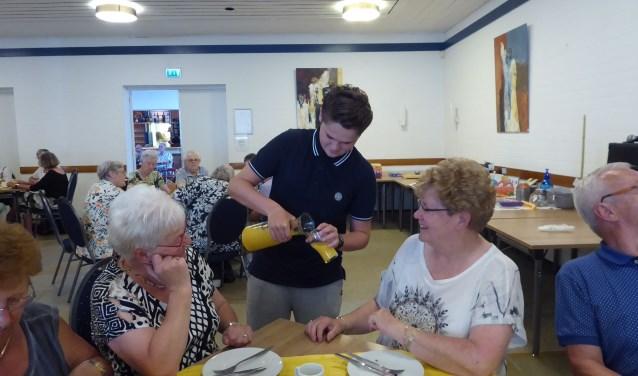 Nick Jongenelen aan het werk tijdens de ouderenmiddag, afgelopen dinsdag 29 mei. FOTO: Stanja Krath.