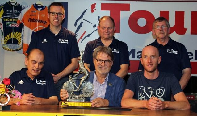 Gijs Eijsink (winnaar 2017) tussen wielrenner Jos van Emden en Peter Valen (l.).Op de achtergrond vlnr George Wieggers, Henri Weikamp en Henny Heutinck van de Tourdirectie.