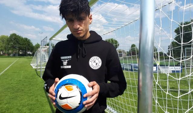 Sheriff Hiloui wil met zijn freestyle voetbal  rolmodel zijn voor kinderenom hen te helpen de juiste weg in het leven te kiezen. (Foto: Jaap Pilon)