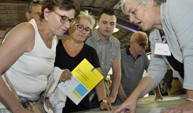 De info-avond werd massaal bezocht. Hier krijgen bezoekers uitgelegd hoe de situatie bij de Merwedebrug er uit komt te zien.