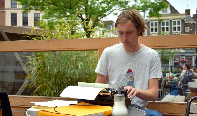 Pim neemt zijn typemachine rustig mee naar het terras. Foto: Sterre ten Houte de Lange