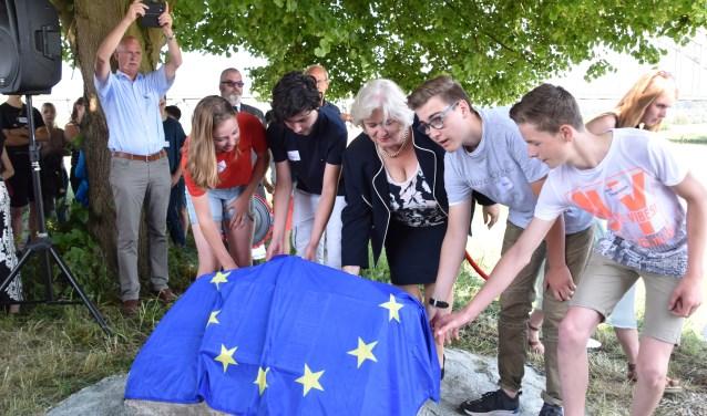Burgemeester Marianne Schuurmans onthult de kei met scholieren