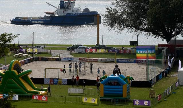 Met de Nieuwe Maas op de achtergrond wordt jong en oud aan de Maasboulevard zes dagen sportief bezig gehouden. (Foto: Southbeach)