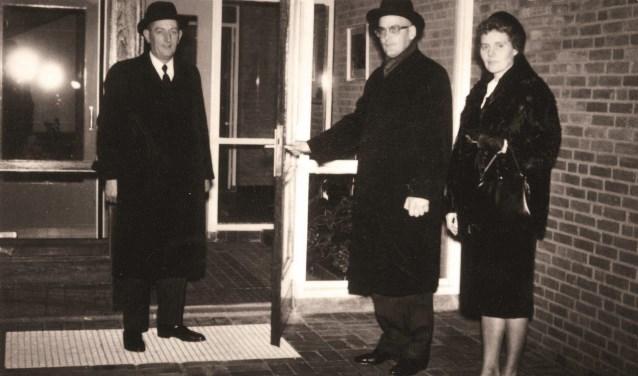 In 1964 wordt de Delleschool geopend. Links ds. A. Bregman, rechts ds. en mevrouw Van Haaren.
