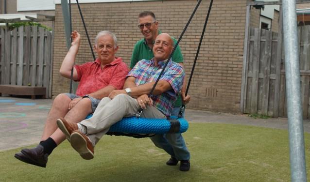 Leo Buys en John Antonissen laten zich lekker duwen door Kees Schouten, ze zijn altijd in voor leuke straattheateracts. Foto's: Winny van Rij