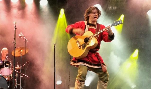 Dirk lll ontpopte zich na zijn zegetocht uit het Oranjepark als een ware rockzanger op het overvolle Veerplein. (Foto: Peter Spek)
