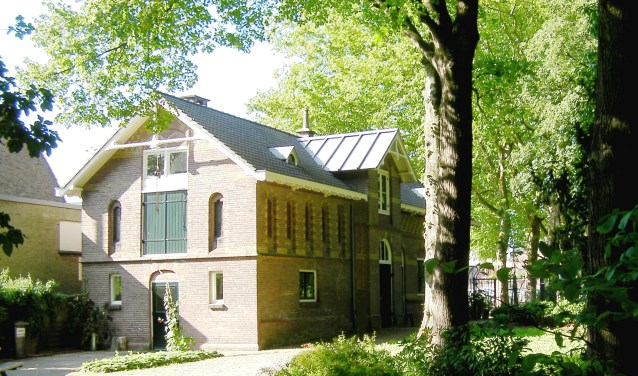 Het toegangsgebouw, een rijksmonument uit 1889, gebouwd door een assistent van Dr. Pierre Cuijpers in opdracht van de Paters Jezuïeten.