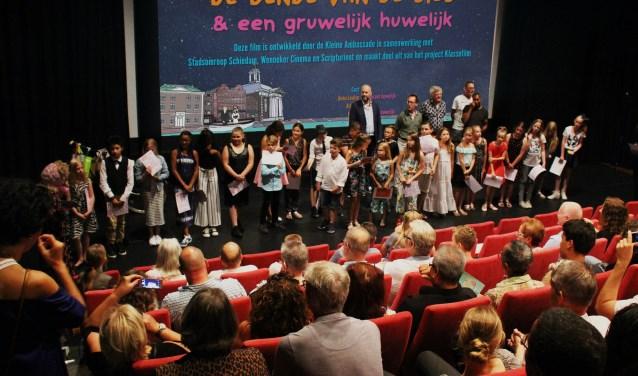 ZesentwintigSchiedamse kinderen die werkten aan de film 'De Bende van de bieb & een gruwelijk huwelijk'.