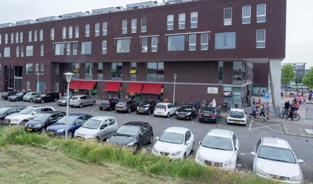 In overleg met scholen, ouders en omwonenden stelt de gemeente nu voor om parkeren niet in de Röntgenstraat te laten plaatsvinden.