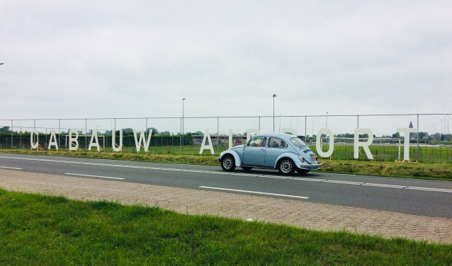 """De letters 'Cabauw Airport' langs de N210 maken duidelijk dat hier volgende maand een luchthaven geopend zal worden. """"Maar dit is slechts het begin.'' (Foto: Kubus)"""