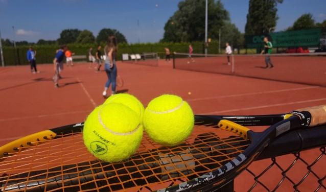 Leerlingen van het penta collega actief tijdens de tennis battle