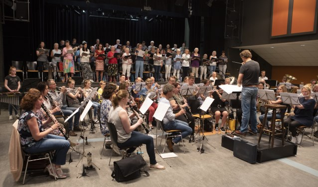 Tot Ons Genoegen tijdens een repetitie voor Carmina Burana, voor het concert op vrijdag 8 en zaterdag 9 juni. Het concert blijkt populair, want voor beide uitvoeringen zijn de kaarten al uitverkocht.