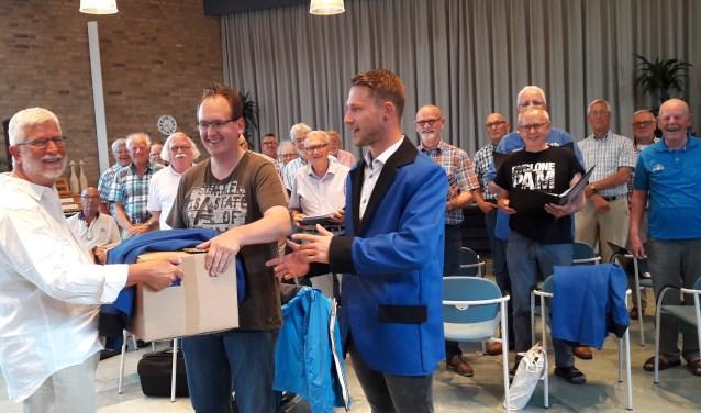 De heren Burgstede (Scouting/Kinderdorp) en Jaartsveld (Fantasieland) ontvangen de blazers