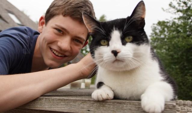 Olivier Meiler met Harry, een van 'zijn' drie katten die ook liever een oppas aan huis heeft. Foto: Alie Bakkenes