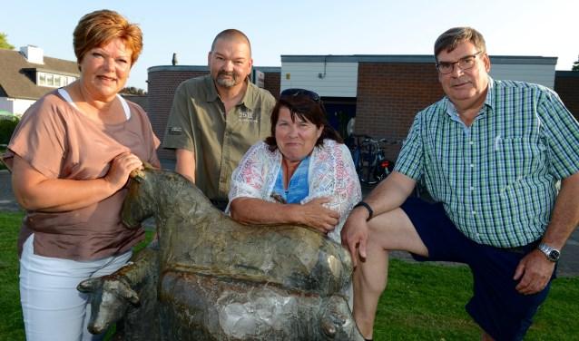 vlnr: Wilma Moezelaar, HAn van Gelderen, Hettie Markenhof en Hans van Alphen bij het bronzenbeeld 'De Os en het Paard' bij het dorpshuis.  (foto: Cees Hoogteyling)