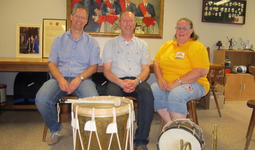 Van links naar rechts: deken-schrijver Erwin de Vries, hoofdman Hans Pennings en Els Mulders, organiserende kracht van het Midzomerfestijn.