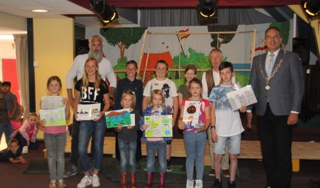 Enkele leerlingen van groep 8 hadden zelf het initiatief genomen om een tekenwedstrijd te organiseren op de school. (Foto: Privé)