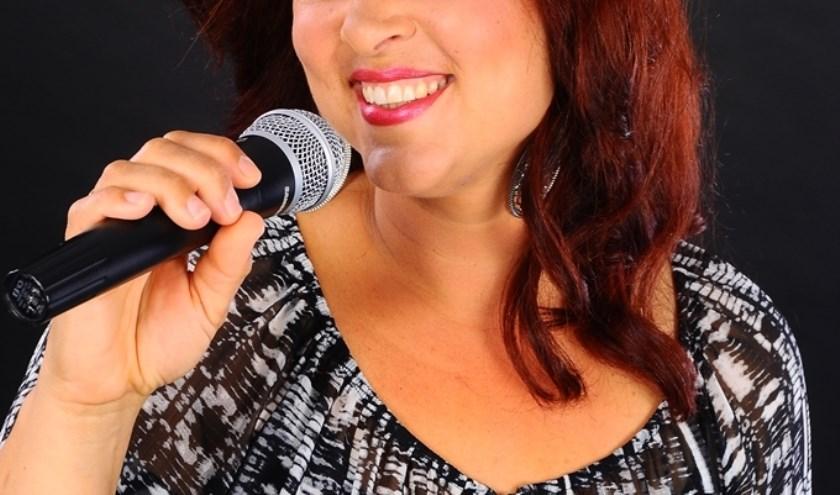 Petra Simonse geeft een concert in dekerktuin