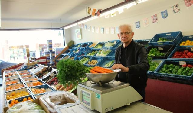 Benny op een van de laatste dagen van de winkel. Na vele decennia maakt de zaak plaats voor een speelgoedwinkel. (foto: Elsie Schoorel)