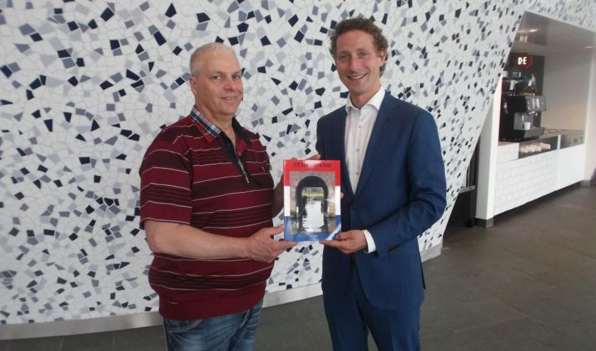 Jeroen Stolk (links) overhandigt zijn boek aan Ferrie Förster